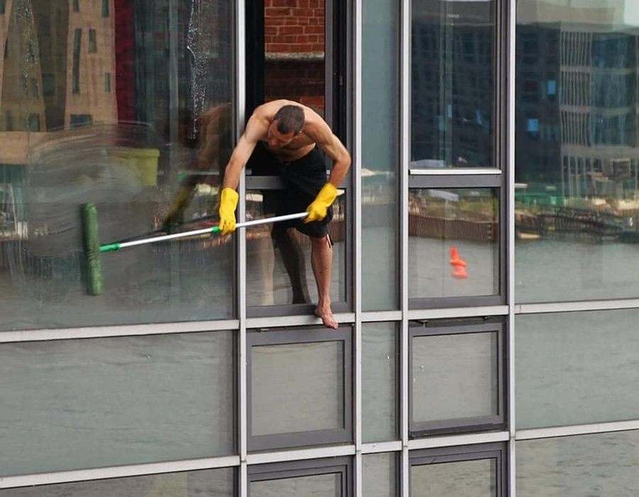đảm bảo an toàn khi lau chùi cửa kính
