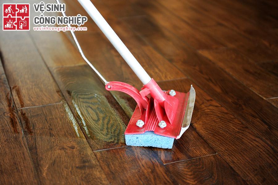 chống bám bẩn sàn gỗ