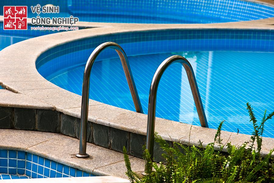làm sạch và khử trùng nước bể bơi