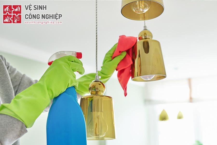vệ sinh đèn pha lê