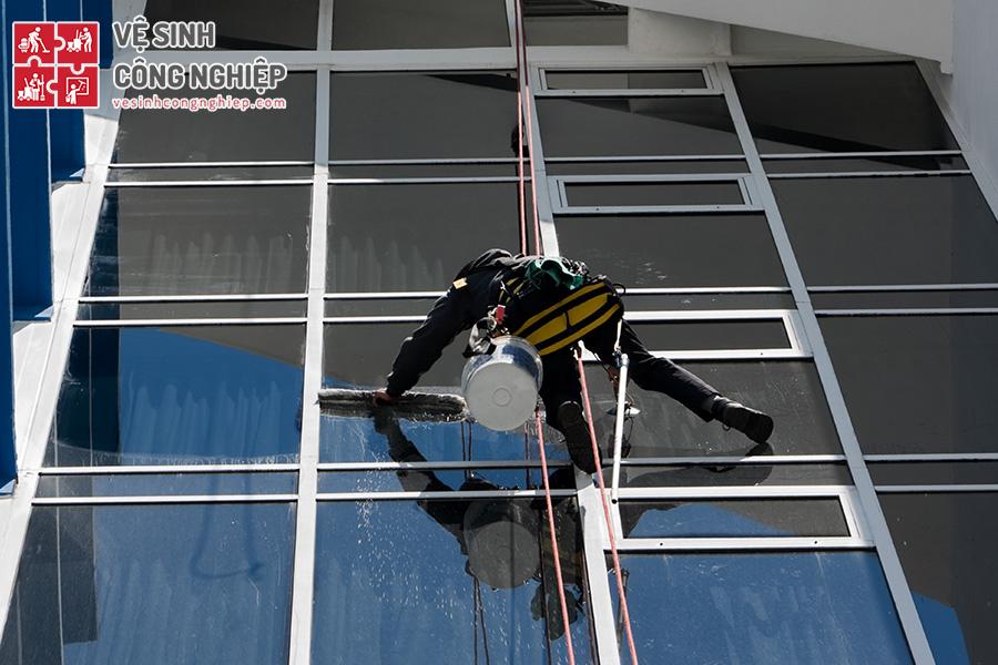thiết bị an toàn lau kính nhà cao tầng