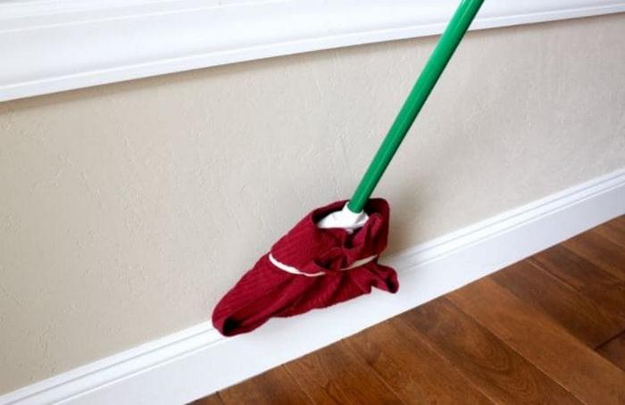 gắn khăn lau vào chổi quét nhà