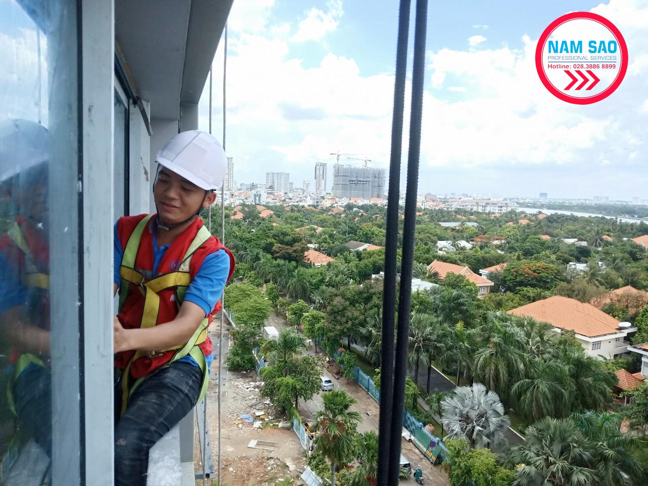 Dịch vụ lau kính nhà cao tầng tại Năm Sao
