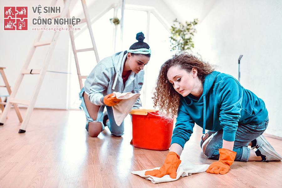 vệ sinh sàn nhà sau khi sơn tường