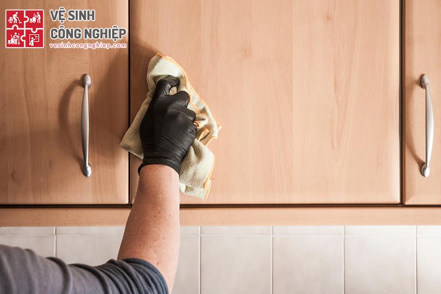 làm sạch tủ gỗ bằng dầu thực vật và baking soda
