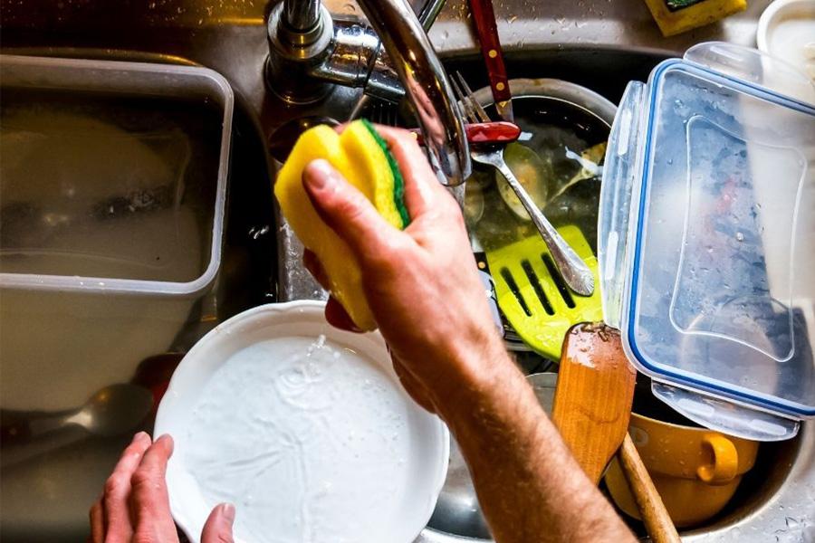 rửa chén ngay sau khi sử dụng