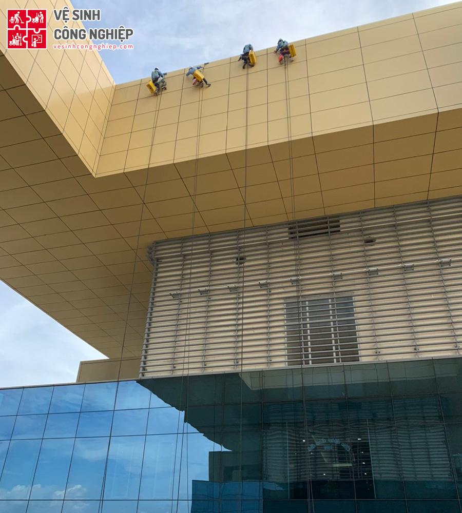 Lau kính tòa nhà Trung tâm Hành chính Bình Dương