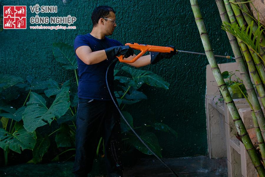 tẩy rong rêu bằng máy xịt cao áp